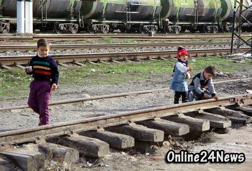 дети на железной дороге