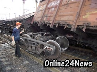 грузовые вагоны сошли с рельсов