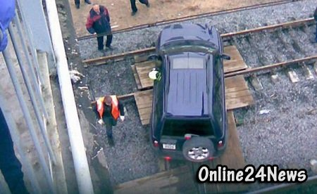 легковой автомобиль столкнулся сразу с двумя грузовыми поездами