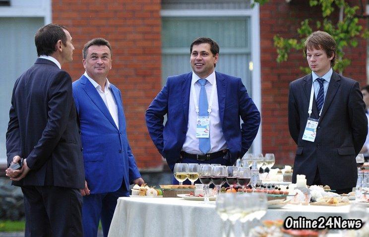 Губернатор Приморского края Владимир Миклушевский (второй слева) на приветственном приеме на Университетской набережной Дальневосточного федерального университета